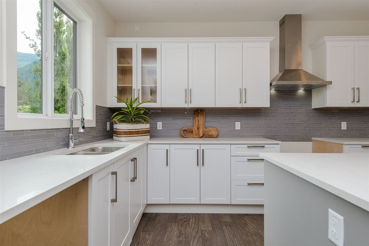 """Photo 10: Photos: 1 1885 COLUMBIA VALLEY Road: Lindell Beach House for sale in """"Aquadel Crossing"""" (Cultus Lake)  : MLS®# R2351712"""