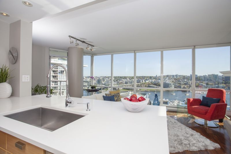 """Main Photo: 2101 193 AQUARIUS Mews in Vancouver: Yaletown Condo for sale in """"Marinaside Resort Residences"""" (Vancouver West)  : MLS®# V1118202"""