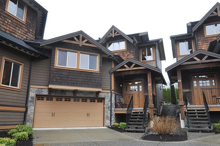Trail's Edge, Maple Ridge's premier townhome community. Beautiful duplex style end unit.
