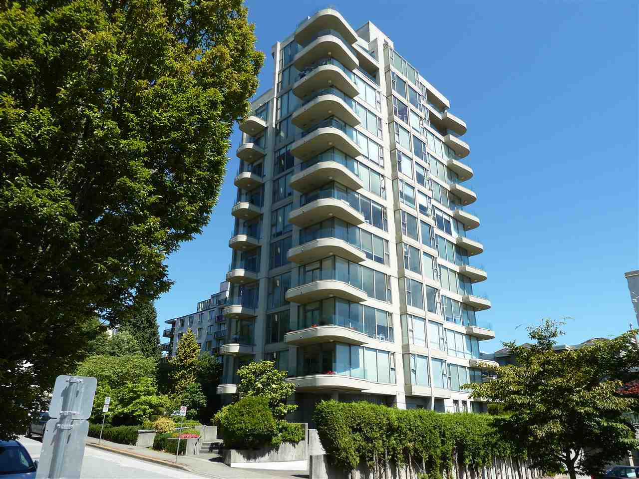 """Main Photo: 402 570 18TH Street in West Vancouver: Ambleside Condo for sale in """"WENTWORTH"""" : MLS®# R2194488"""