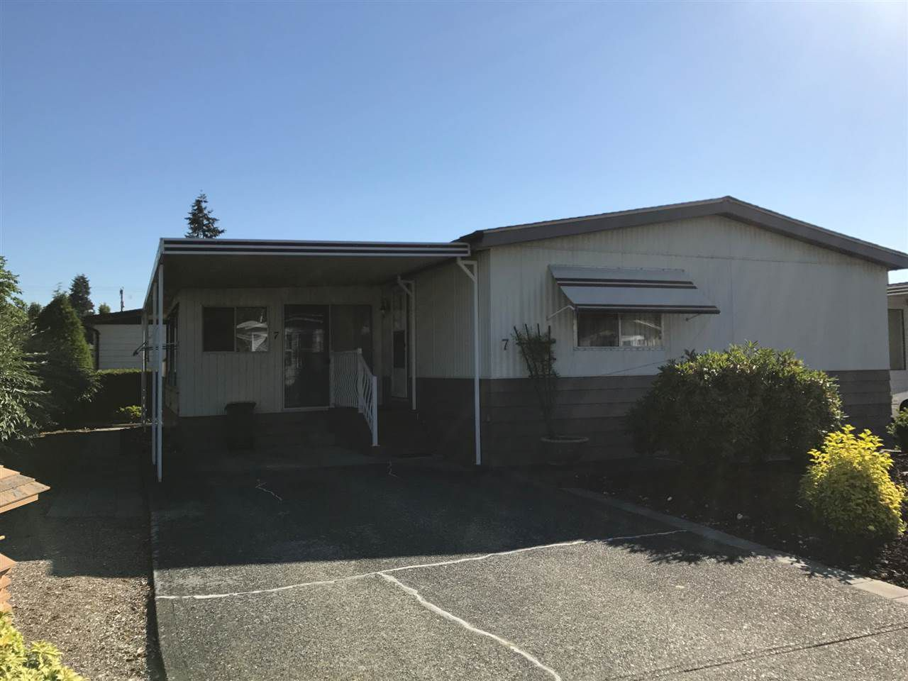 "Main Photo: 7 8670 156 Street in Surrey: Fleetwood Tynehead Manufactured Home for sale in ""West wood Estates"" : MLS®# R2185597"