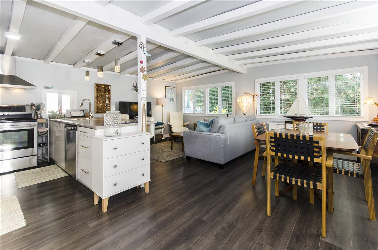 """Main Photo: 271 TOMAHAWK Avenue in West Vancouver: Park Royal Manufactured Home for sale in """"Capilano Mobile Home Park"""" : MLS®# R2381245"""