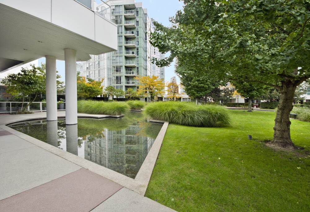 """Main Photo: GR-3J 1077 MARINASIDE Crescent in Vancouver: Yaletown Condo for sale in """"MARINASIDE RESORT"""" (Vancouver West)  : MLS®# R2050287"""