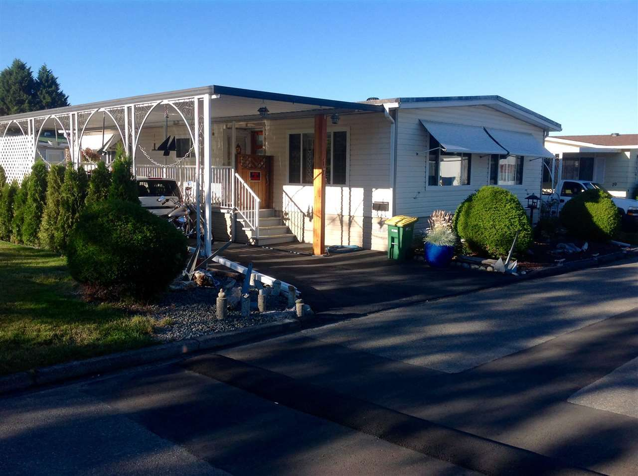 """Photo 2: Photos: 17 8254 134 Street in Surrey: Queen Mary Park Surrey Manufactured Home for sale in """"Westwood Estates"""" : MLS®# R2288604"""