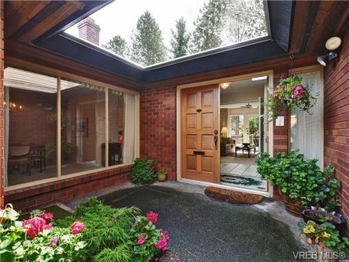 Main Photo: 110 2345 Cedar Hill Cross Road in VICTORIA: OB Henderson Townhouse for sale (Oak Bay)  : MLS®# 355961