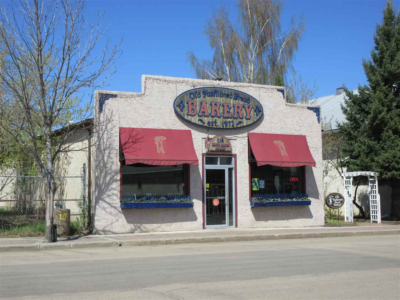 Main Photo: 114 White Earth Street: Smoky Lake Town Business with Property for sale : MLS®# E4094809