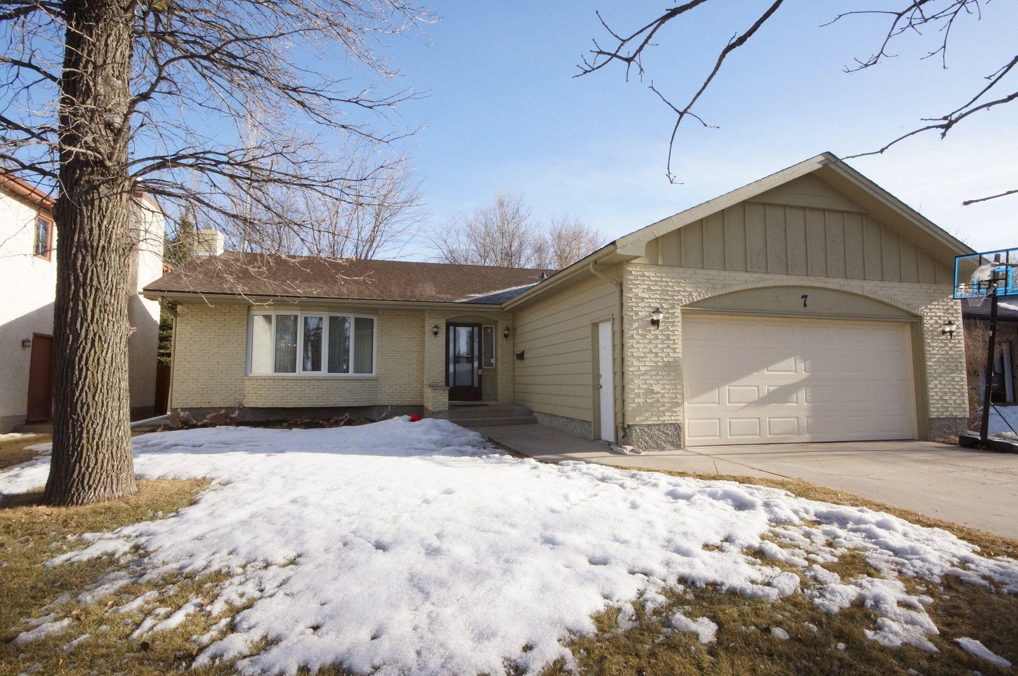 Main Photo: 7 Oswald Bay in Winnipeg: House for sale (Charleswood)  : MLS®# 1808228