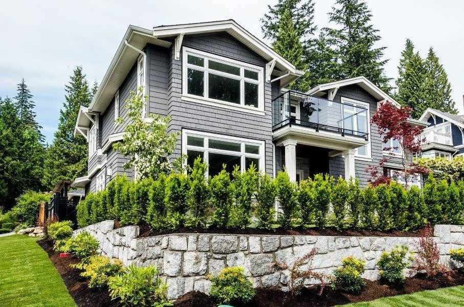 Main Photo: 314 E CARISBROOKE Road in North Vancouver: Upper Lonsdale House for sale : MLS®# R2097374