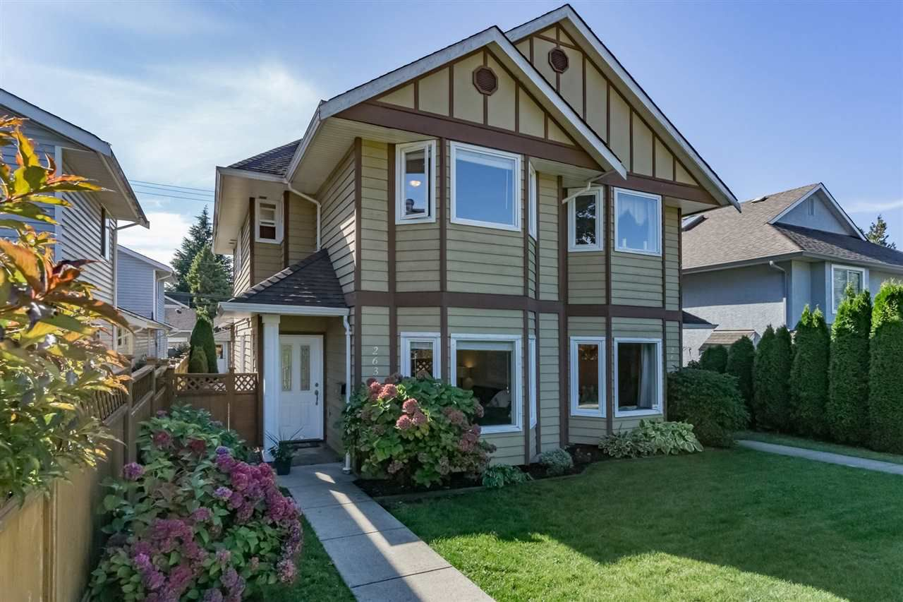 Main Photo: 263 E 18TH Street in North Vancouver: Central Lonsdale House 1/2 Duplex for sale : MLS®# R2233758