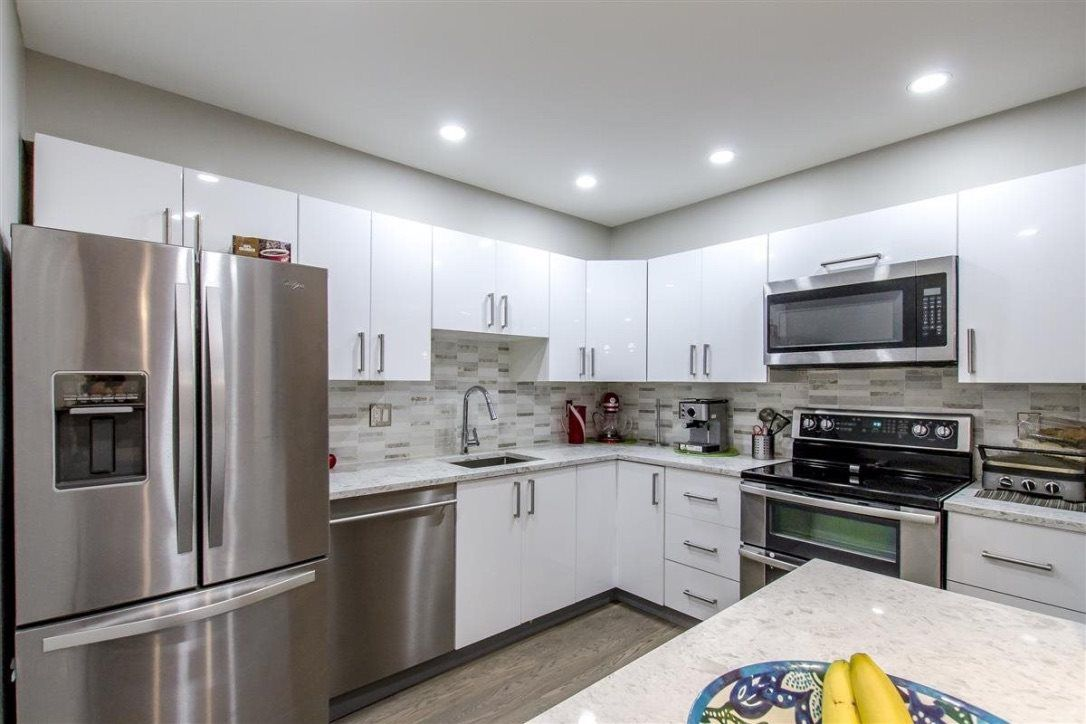 """Main Photo: 2105 33 CHESTERFIELD Place in North Vancouver: Lower Lonsdale Condo for sale in """"Harbour View Park"""" : MLS®# R2349692"""