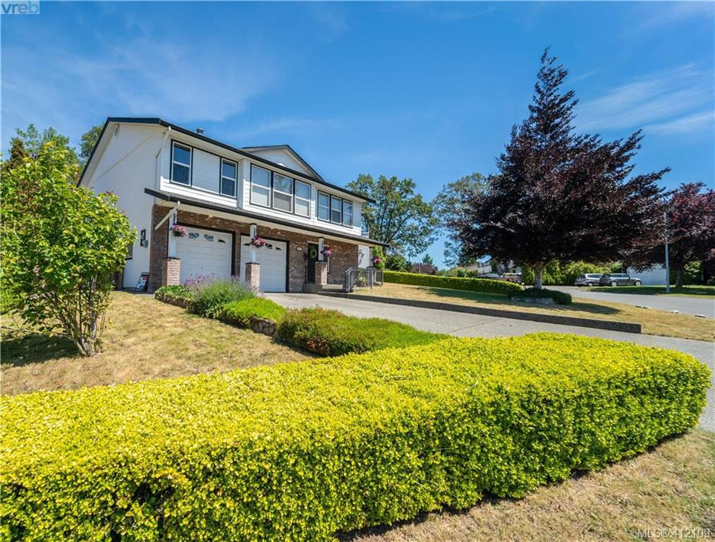 Main Photo: 4185 THORNHILL Crescent in VICTORIA: SE Gordon Head Single Family Detached for sale (Saanich East)  : MLS®# 412109