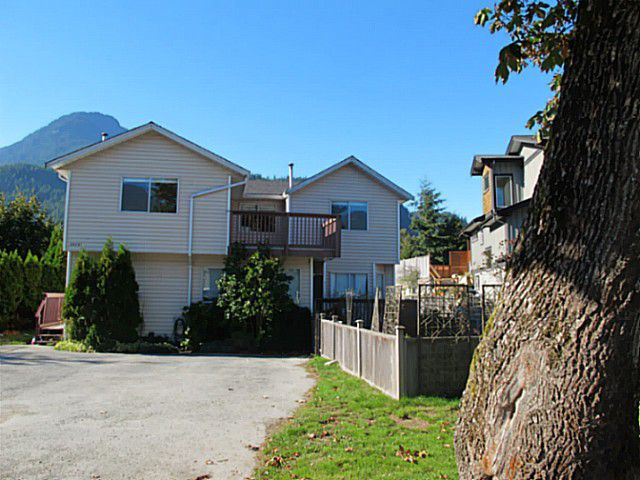 Main Photo: 39741 GOVERNMENT Road in Squamish: Northyards House 1/2 Duplex for sale : MLS®# V1026723
