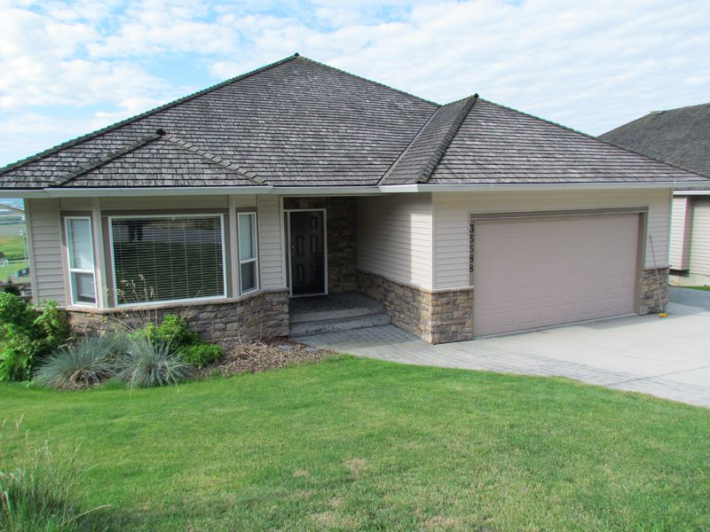 Main Photo: Upper 35588 Dina Pl. in Abbotsford: Abbotsford East House for rent