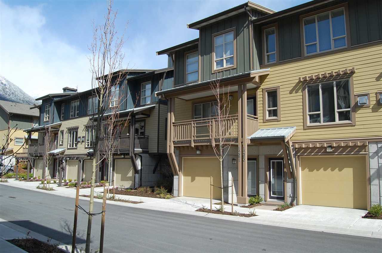 Main Photo: 1263 STONEMOUNT PLACE in Squamish: Downtown SQ Townhouse for sale : MLS®# R2049208