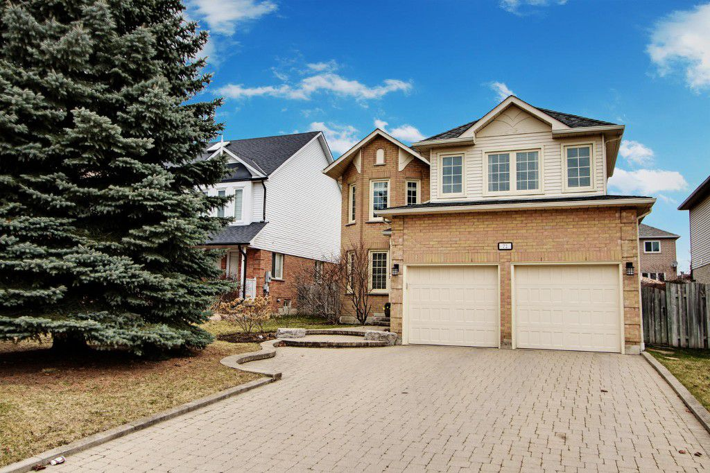 Main Photo: 72 Lipton Crescent in Whitby: Freehold for sale : MLS®# E3751560