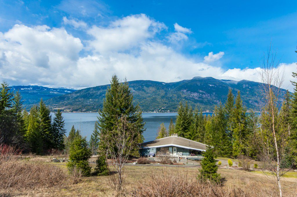Main Photo: 5524 Eagle Bay Road in Eagle Bay: House for sale : MLS®# 10141598