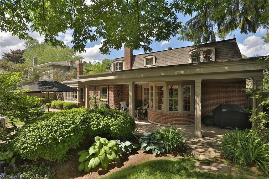 Main Photo: 142 Castle Cres in : 1006 - FD Ford FRH for sale (Oakville)  : MLS®# 30523513