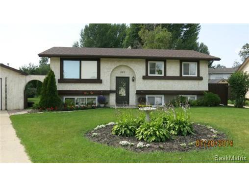Main Photo: 203 Tobin Crescent in Saskatoon: Lawson Heights Single Family Dwelling for sale (Saskatoon Area 03)  : MLS®# 506397