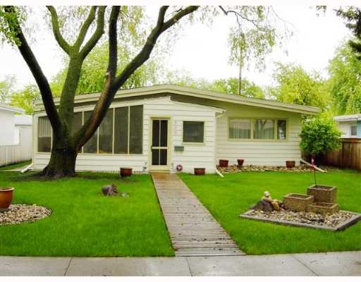 Main Photo: 898 BEAVERBROOK Street in WINNIPEG: River Heights / Tuxedo / Linden Woods Single Family Detached for sale (South Winnipeg)  : MLS®# 2709610
