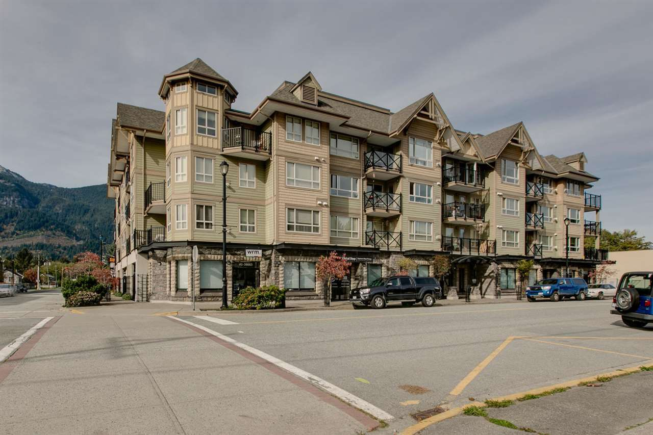 """Main Photo: 307 38003 SECOND Avenue in Squamish: Downtown SQ Condo for sale in """"SQUAMISH POINTE"""" : MLS®# R2009669"""