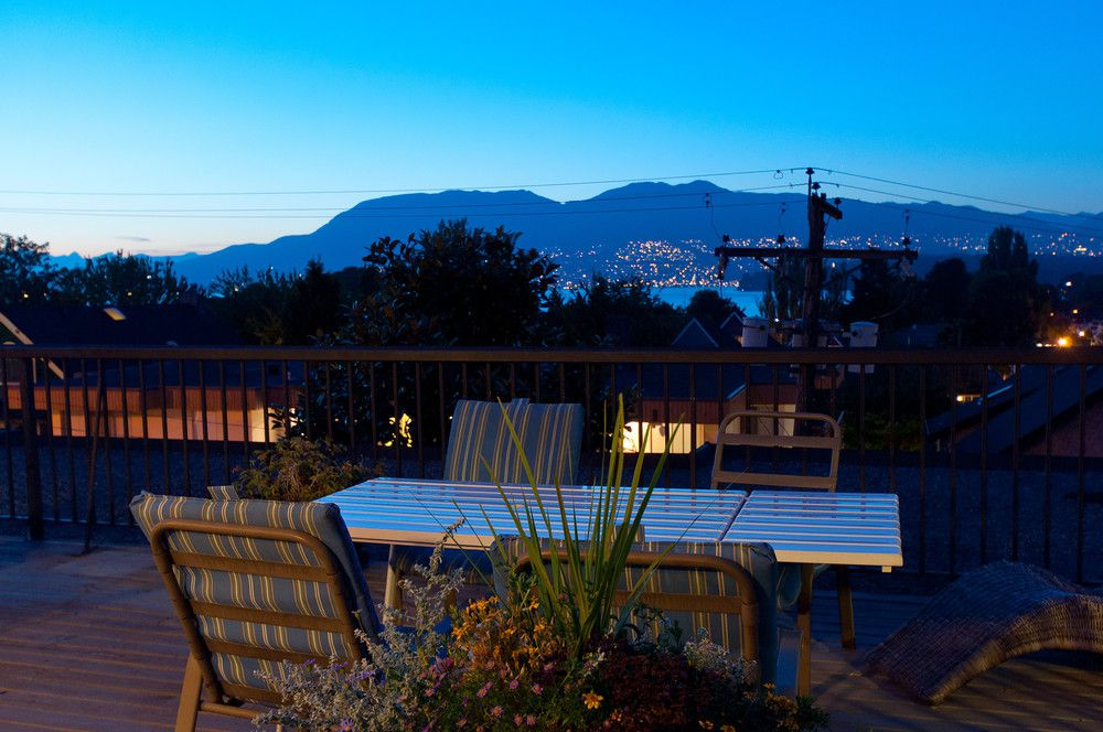 Main Photo: 402 2125 West 2nd Ave in Sunny Lodge - who doesn't want to live at Sunny Lodge?: Home for sale : MLS®# r2020337