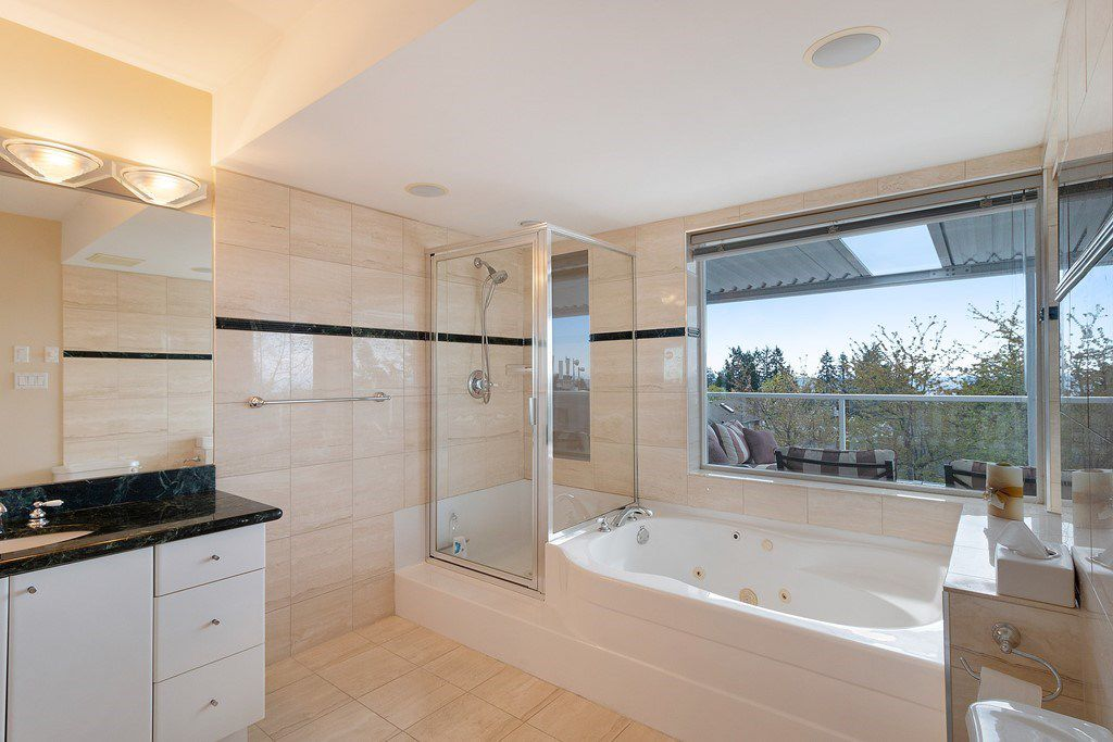 Photo 12: Photos: 121 E ST. JAMES Road in North Vancouver: Upper Lonsdale House for sale : MLS®# R2365362