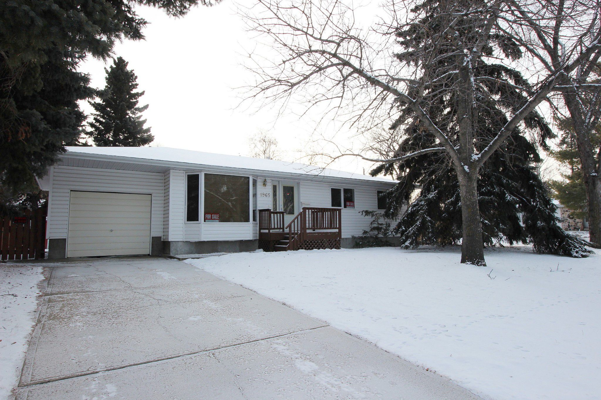 Main Photo: 1965 Glenmore Avenue in Edmonton: House for sale