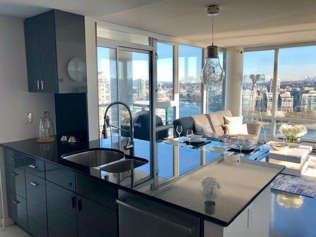 """Main Photo: 2503 1033 MARINASIDE Crescent in Vancouver: Yaletown Condo for sale in """"QUAYWEST"""" (Vancouver West)  : MLS®# R2333395"""