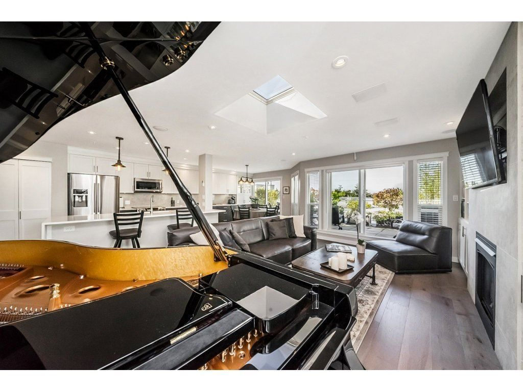 """Main Photo: 404 518 THIRTEENTH Street in New Westminster: Uptown NW Condo for sale in """"Coventry Court"""" : MLS®# R2302324"""