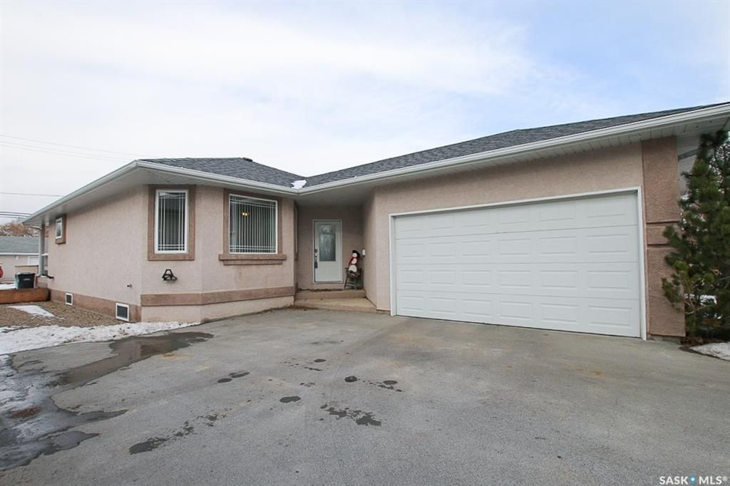 Main Photo: 104 2nd Avenue Southeast in Swift Current: South East SC Residential for sale : MLS®# SK755777
