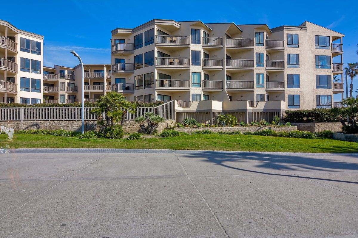 Photo 2: Photos: PACIFIC BEACH Condo for sale : 2 bedrooms : 4465 Ocean #34 in San Diego