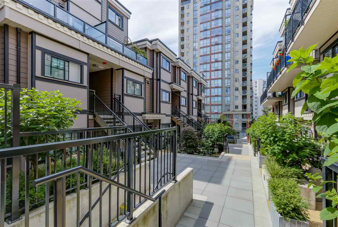 """Main Photo: 35 838 ROYAL Avenue in New Westminster: Downtown NW Townhouse for sale in """"BRICKSTONE WALK II"""" : MLS®# R2077794"""