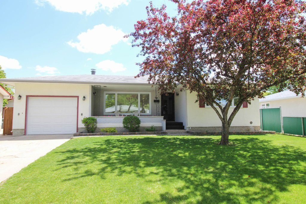 Main Photo: 19 Norilyn Bay - Gorgeous Valley Gardens Bungalow