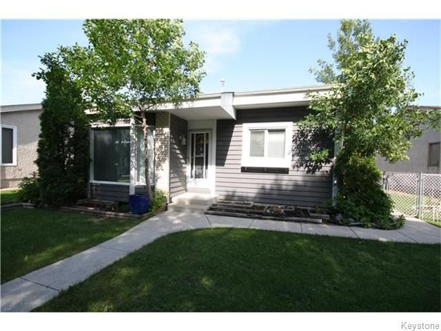 Main Photo: 17 Groverdale Avenue in Winnipeg: Maples / Tyndall Park Residential for sale (North West Winnipeg)  : MLS®# 1617609