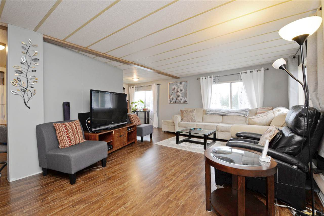 """Main Photo: 28 2035 MARTENS Street in Abbotsford: Poplar Manufactured Home for sale in """"MAPLEWOOD ESTATES"""" : MLS®# R2237478"""
