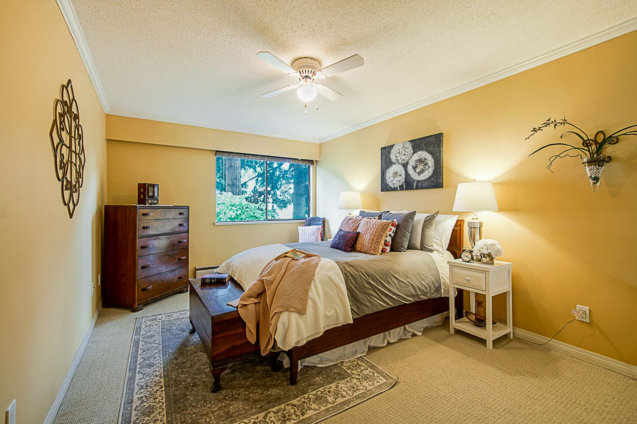 """Main Photo: 203 1330 MARTIN Street: White Rock Condo for sale in """"The Coach House"""" (South Surrey White Rock)  : MLS®# R2382473"""