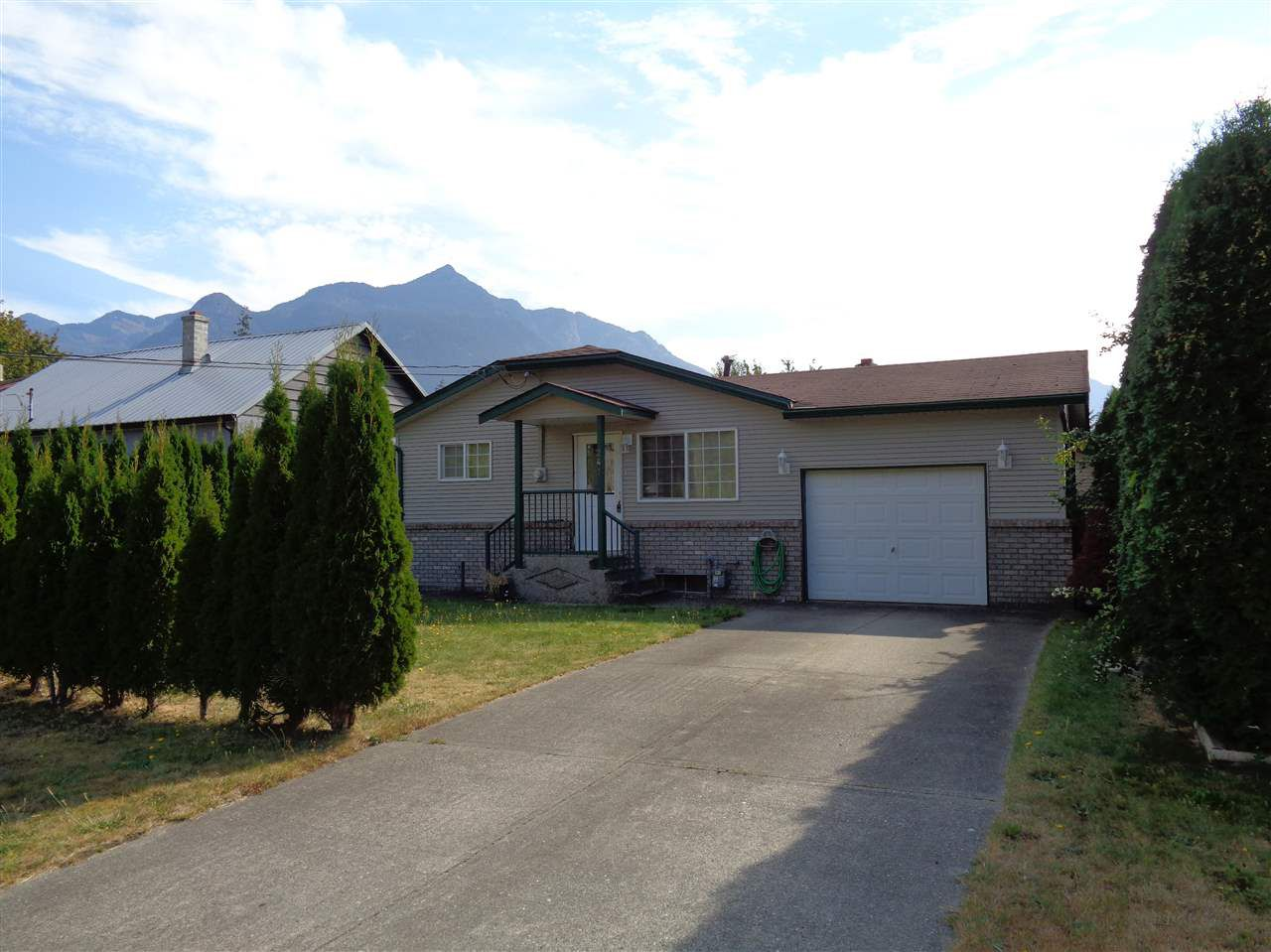 Main Photo: 241 CARIBOO Avenue in Hope: Hope Center House for sale : MLS®# R2104090
