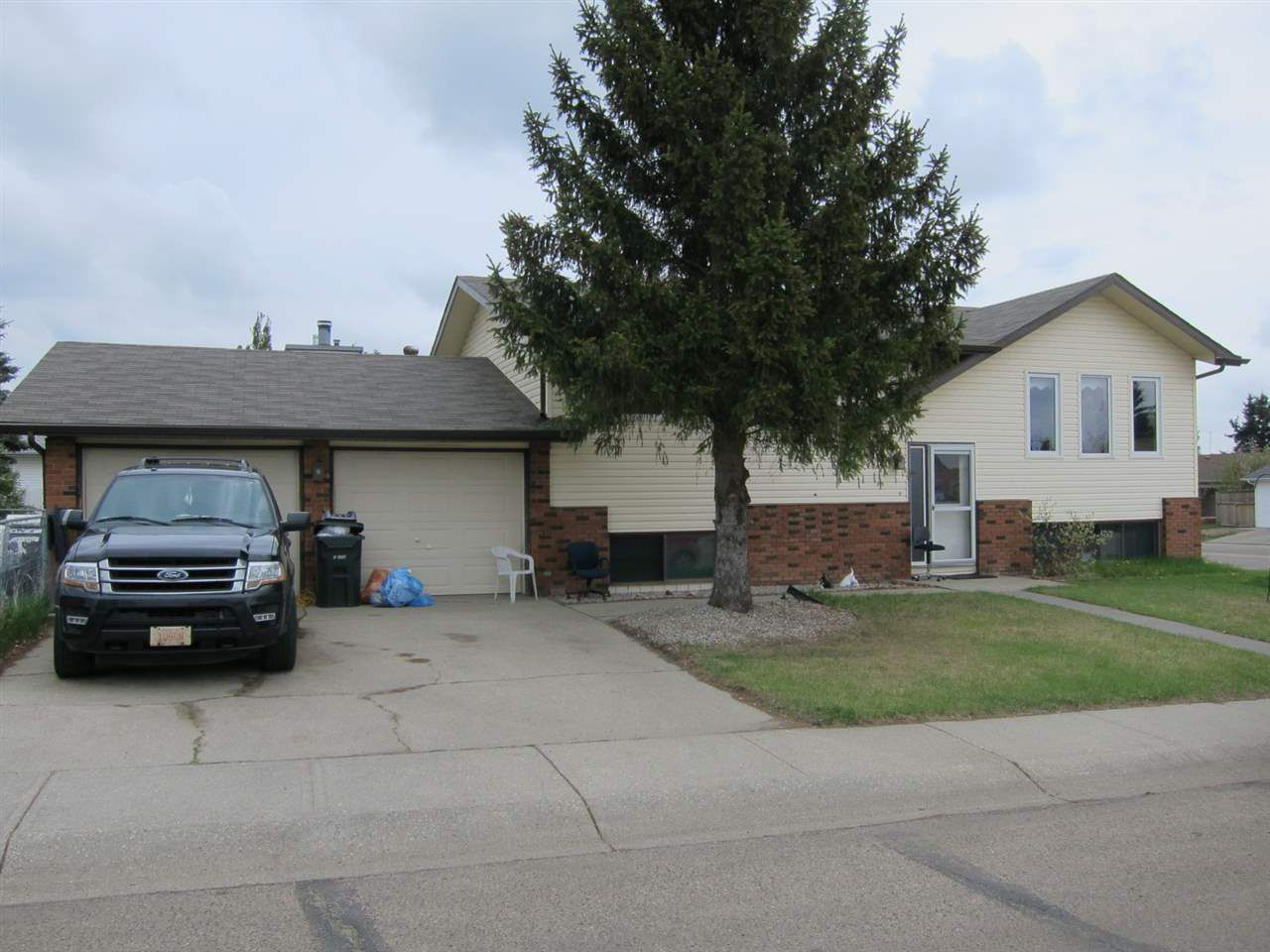 Main Photo: 5615 50 Street: Stony Plain House for sale : MLS®# E4136273