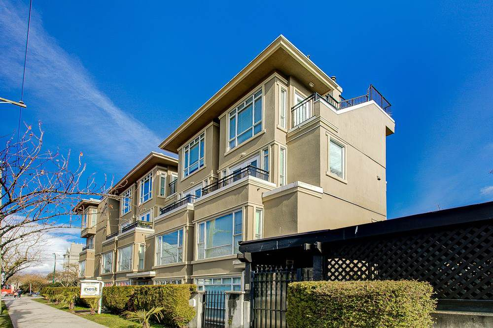 "Main Photo: 2110 YEW Street in Vancouver: Kitsilano Townhouse for sale in ""Magnolia Gardens"" (Vancouver West)  : MLS®# R2348200"