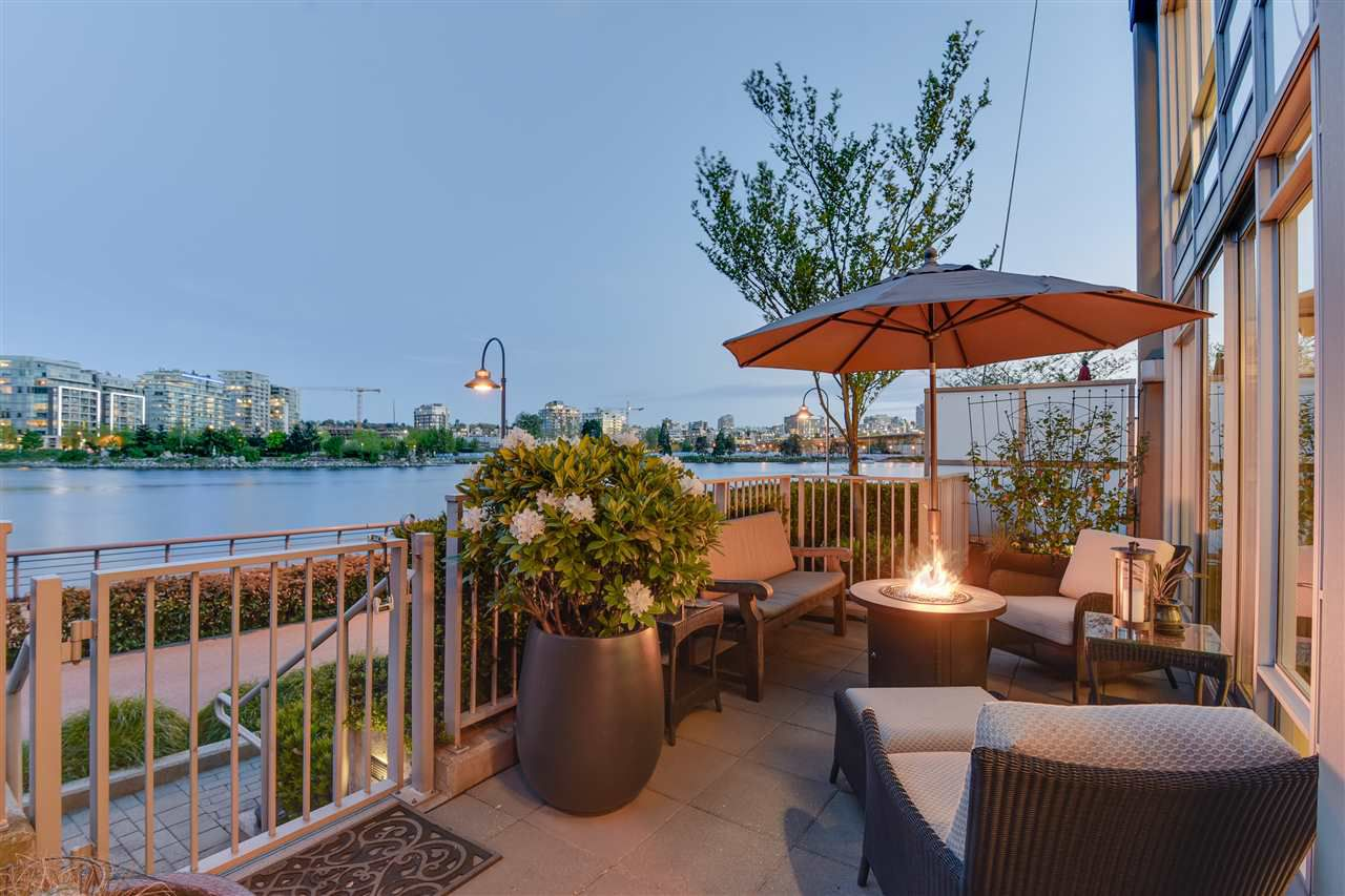 """Main Photo: TH102 8 SMITHE Mews in Vancouver: Yaletown Townhouse for sale in """"THE FLAGSHIP"""" (Vancouver West)  : MLS®# R2368185"""