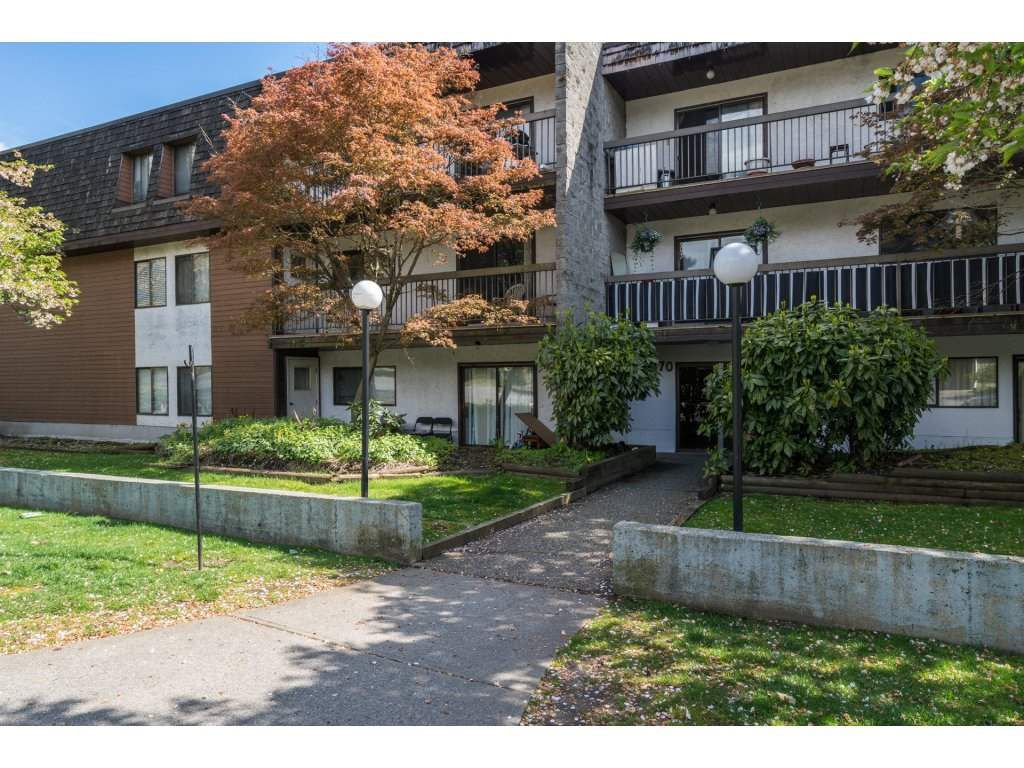 """Main Photo: 202 33870 FERN Street in Abbotsford: Central Abbotsford Condo for sale in """"Fernwood Manor"""" : MLS®# R2160249"""