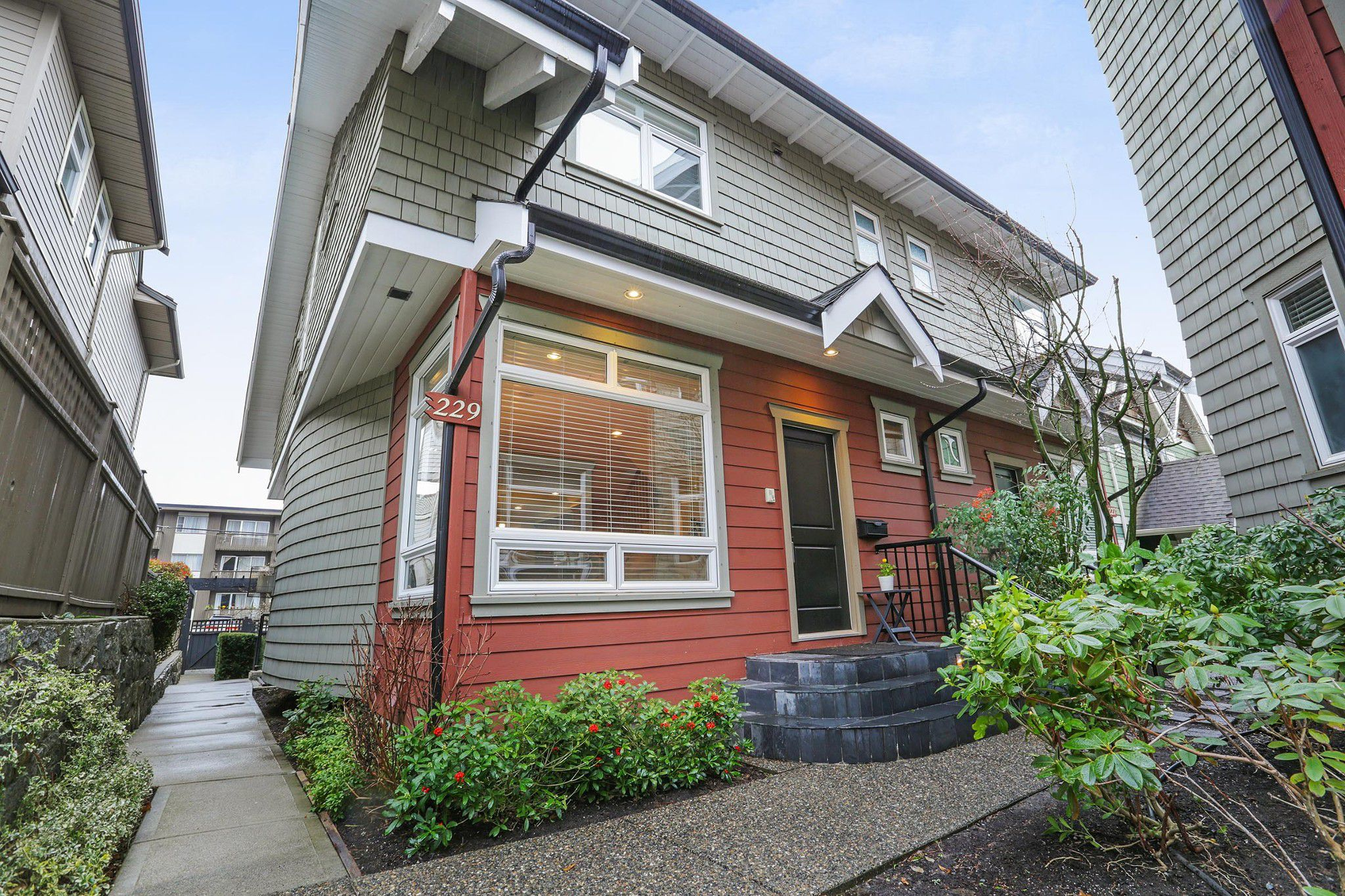 Main Photo: 229 E 17TH Street in North Vancouver: Central Lonsdale House 1/2 Duplex for sale : MLS®# R2252507