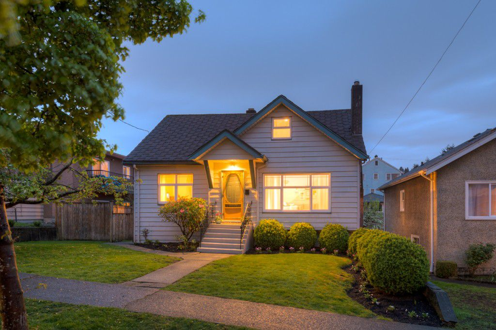 "Main Photo: 521 KELLY Street in New Westminster: Sapperton House for sale in ""SAPPERTON"" : MLS®# R2057390"