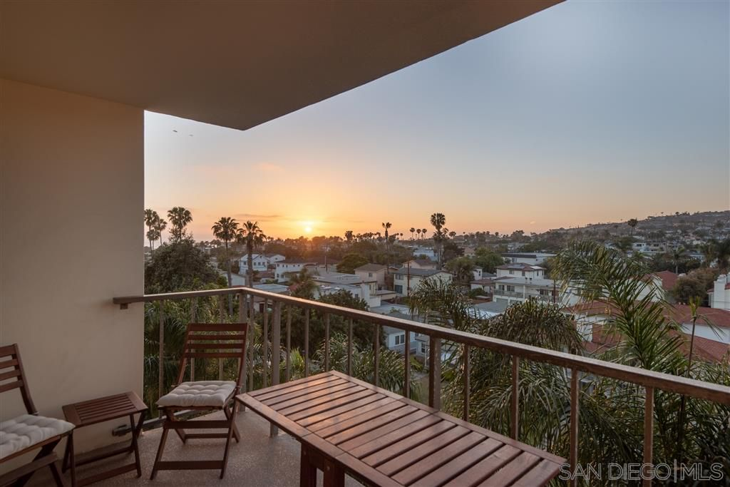 Main Photo: PACIFIC BEACH Condo for sale : 2 bedrooms : 4944 Cass St #603 in San Diego