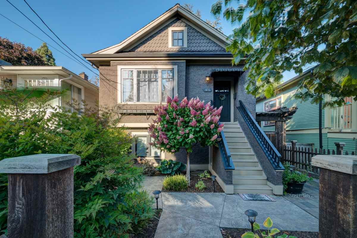 """Main Photo: 423 OAK Street in New Westminster: Queens Park House for sale in """"Queen's Park"""" : MLS®# R2347888"""