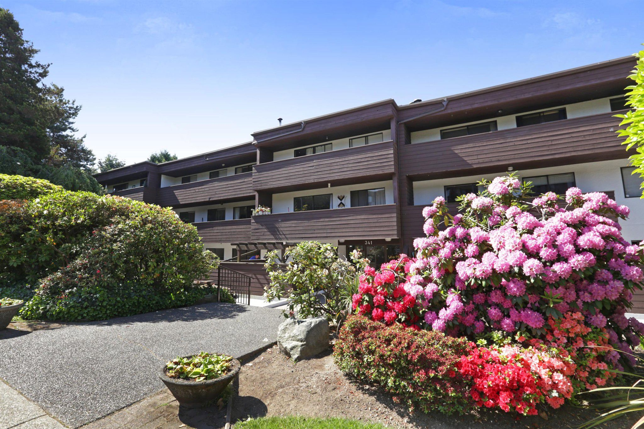 """Main Photo: 107 341 W 3RD Street in North Vancouver: Lower Lonsdale Condo for sale in """"Lisa Place"""" : MLS®# R2271660"""