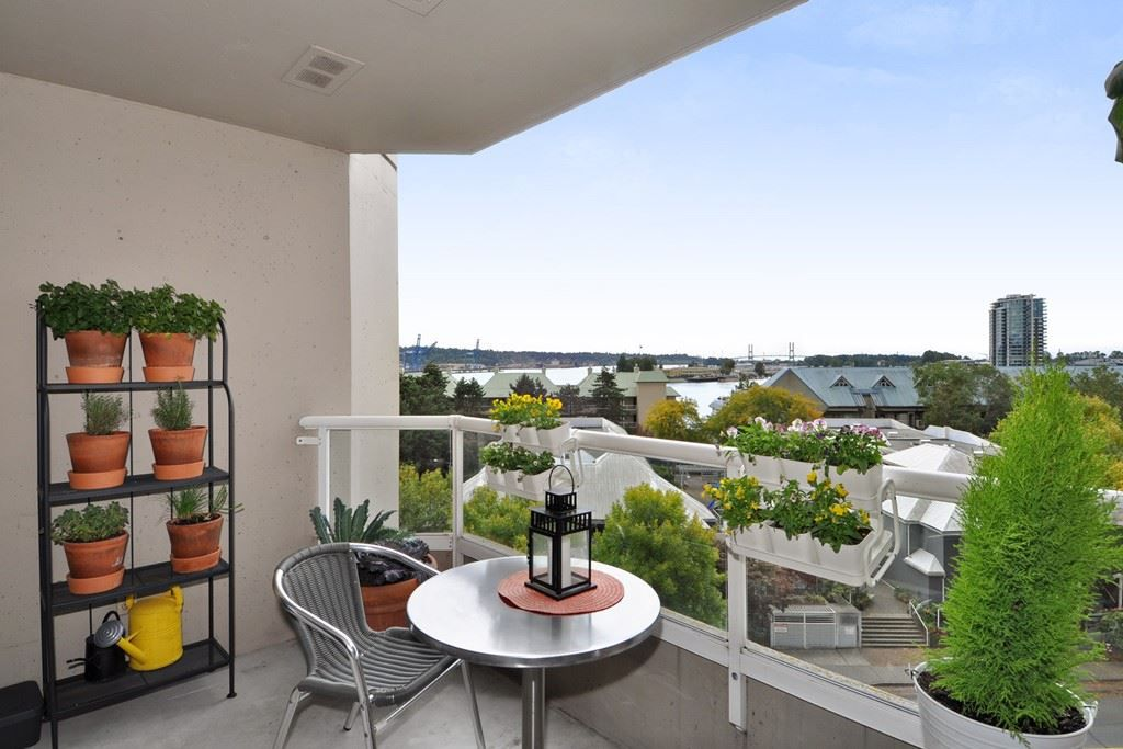 "Main Photo: 605 1045 QUAYSIDE Drive in New Westminster: Quay Condo for sale in ""Quayside Tower 1"" : MLS®# R2306018"