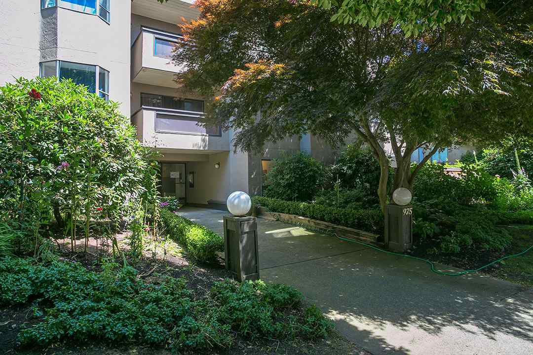 """Main Photo: 207 975 W 13TH Avenue in Vancouver: Fairview VW Condo for sale in """"OAKMONT"""" (Vancouver West)  : MLS®# R2196147"""