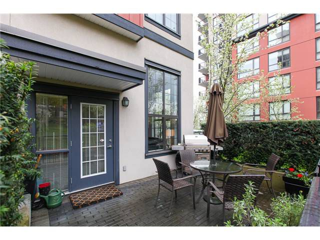 Main Photo: 829 AGNES Street in New Westminster: Downtown NW Condo for sale : MLS®# V1000315
