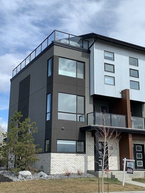 This modern design, 3 storey END UNIT condo has the best location in the complex! Roof top deck has south, west and north views.